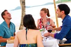 Comer dos amigos ao ar livre Imagem de Stock