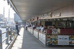 Comer dos restaurantes e dos povos da ponte de Galata foto de stock royalty free
