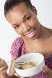 Comer fêmea afro-americano de sua bacia Fotografia de Stock Royalty Free
