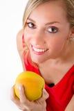 Comer louro bonito da mulher Imagem de Stock