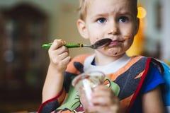 Comer manchado da criança Fotografia de Stock