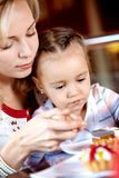 Comer no café Fotografia de Stock Royalty Free