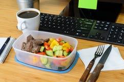 Comer no local de trabalho Fotografia de Stock