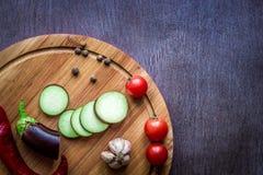 Comer saudável, alimento do vegetariano A beringela crua preparou-se fritando em uma frigideira com as especiarias no azeite Fotos de Stock