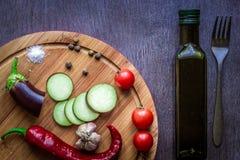 Comer saudável, alimento do vegetariano A beringela crua preparou-se fritando em uma frigideira com as especiarias no azeite Foto de Stock