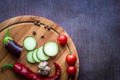 Comer saudável, alimento do vegetariano A beringela crua preparou-se fritando em uma frigideira com as especiarias no azeite Foto de Stock Royalty Free