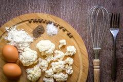 Comer saudável, alimento do vegetariano A couve-flor crua preparou-se fritando em uma frigideira com as especiarias no azeite Fotografia de Stock Royalty Free