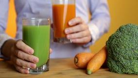 Comer saudável, alimento do vegetariano, dieta e conceito da desintoxicação - mão da mulher que põe o vidro do suco de cenoura so vídeos de arquivo