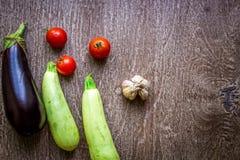 Comer saudável, alimento do vegetariano O abobrinha cru preparou-se fritando em uma frigideira com as especiarias no azeite Imagem de Stock