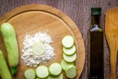Comer saudável, alimento do vegetariano O abobrinha cru preparou-se fritando em uma frigideira com as especiarias no azeite Foto de Stock