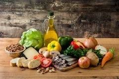 Comer saudável Cebola verde-oliva Fruto, vegetais, grão, porcas azeite e peixes foto de stock