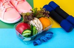 Comer saudável com o exercício e a aptidão que fazem dieta, conceito da perda de peso foto de stock