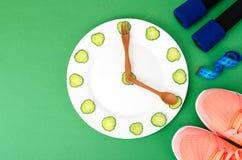 Comer saudável com o exercício e a aptidão que fazem dieta, conceito da perda de peso fotos de stock royalty free