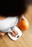 Comer saudável do alimento Mulher na escala de peso Perda de peso Dieta Fotos de Stock