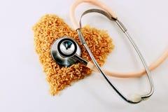 Arroz integral saudável do coração imagem de stock