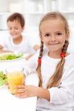 Comer saudável feliz dos miúdos Fotos de Stock