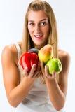 Comer saudável, mulher com frutas e verdura Fotografia de Stock