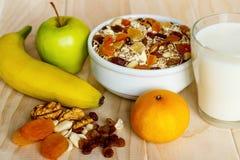 Comer saudável Na placa de madeira é o muesli, mel em um frasco, imagem de stock royalty free