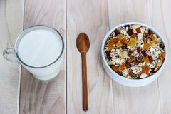 Comer saudável Na placa de madeira é o muesli, uma colher, um vidro imagem de stock royalty free