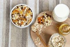 Comer saudável Na placa de madeira é o muesli, uma colher, um vidro fotos de stock