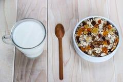 Comer saudável Na placa de madeira é o muesli, uma colher, um vidro foto de stock royalty free