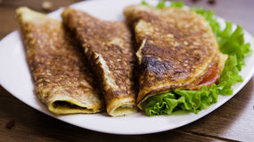 Comer saudável para ovos mexidos do café da manhã com farinha de aveia, presunto e queijo, alface e tomates para dentro Imagem de Stock Royalty Free