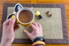 Comer una taza de café Imagen de archivo
