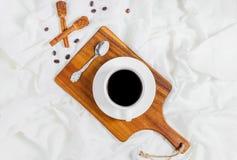 Comer una taza de café Fotografía de archivo libre de regalías