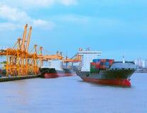 Comercial skepp med behållaren på sändningsport för importexport Royaltyfri Bild