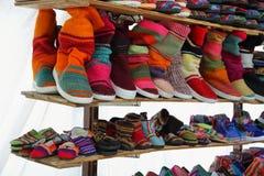 Comercialice la parada con los zapatos indígenas coloridos, la Argentina fotografía de archivo