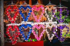 Comercialice la parada de la decoración brillante multicolora con muchas diversos conchas marinas y caracoles en la pared Foto de archivo