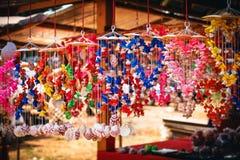 Comercialice la parada de la decoración brillante multicolora con muchas diversos conchas marinas y caracoles en la pared Fotos de archivo