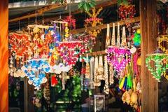 Comercialice la parada de la decoración brillante multicolora con muchas diversos conchas marinas y caracoles en la pared Imagen de archivo