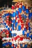Comercialice la parada de la decoración brillante multicolora con muchas diversos conchas marinas y caracoles en la pared Imagenes de archivo
