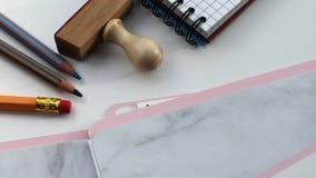 comercialización Registro de la carpeta en un escritorio de oficina blanco metrajes