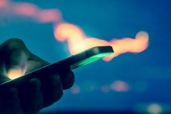 Comerciante con el teléfono imagen de archivo libre de regalías
