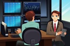 Comerciante conservado em estoque que olha os monitores do mercado de valores de ação Foto de Stock