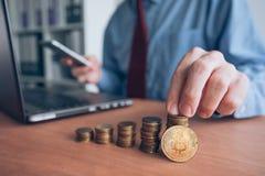 Comerciante del cryptocurrency de Bitcoin fotos de archivo libres de regalías