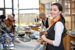 Comerciante e vendedora na caixa registadora ou na mesa de dinheiro Fotografia de Stock