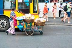 Comerciante en el camino en mercado del pratunam Foto de archivo libre de regalías