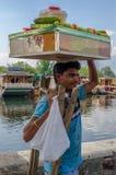 Comerciante en Srinagar, que transporta productos en su cabeza fotografía de archivo libre de regalías
