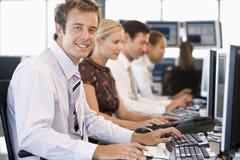 Comerciantes comunes que trabajan en los ordenadores Foto de archivo
