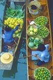 Comerciantes de flutuação do mercado Foto de Stock Royalty Free