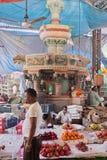 Comerciantes debajo de una señal de Bombay Imágenes de archivo libres de regalías