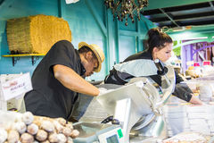 Comerciantes en el trabajo en un ultramarinos Imagen de archivo libre de regalías