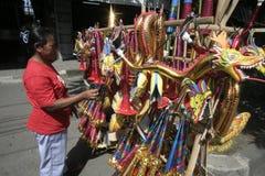 COMERCIANTES ESTACIONALES DEL JUGUETE DE LA TROMPETA EN EL AÑO NUEVO 2014 Imágenes de archivo libres de regalías