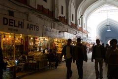 Comerciantes na entrada ao forte vermelho em Deli India Imagens de Stock