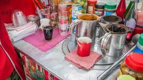 Comerciantes que fazem o café tailandês do estilo na estrada lateral fotos de stock