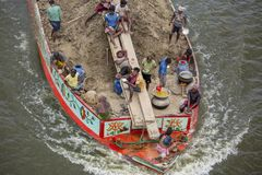Comerciantes que llevan el suelo en un barco a través del río Ichamoti cerca de Munshigonj bangladesh Imágenes de archivo libres de regalías