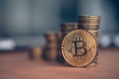 Comercio con el cryptocurrency de Bitcoin fotos de archivo libres de regalías